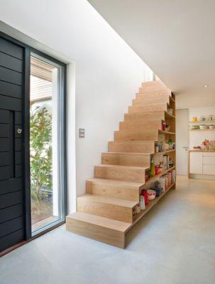 étagères cuisine sous escaliers