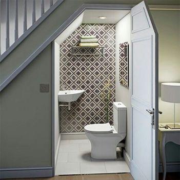 sanitaires sous escaliers